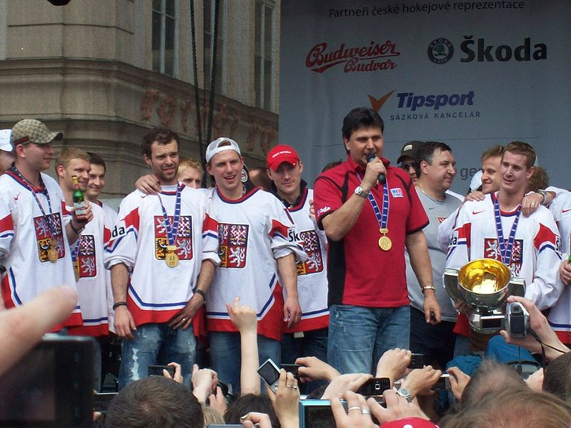 799px-Vladimir_Ruzicka_and_Czech_ice_hockey_team_2010