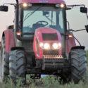Starší typy traktorů si farmáři často umí opravit sami