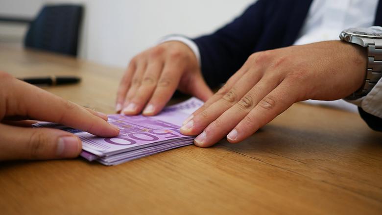 V loňském roce se v České republice sjednalo o patnáct miliard více úvěrů než v roce předcházejícím. V současné době jsou půjčky velice skloňovaným, ale často i obávaným tématem. Podle průzkumu České bankovní asociace splácí jednu nějakou půjčku každý pátý Čech. Jaké jsou důvody toho, že si Češi půjčují peníze? A na co je nejvíce potřebují? Velké oblíbenosti se těší různé druhy půjček, jako je třeba půjčka bez doložení příjmu. Z průzkumu vyplývá, že žadatelé o úvěr potřebují peníze nejčastěji na financování nákupu elektroniky a vybavení do bytu. V neposlední řadě půjčené peníze využívají na nákup motorového vozidla. Zase na druhou stranu, průzkum ukazuje, že Češi raději oželí dovolenou, než aby si na ni měli půjčit peníze. Češi slyší na akce a nízký úrok Češi jsou věhlasní tím, že mají zájem o cokoliv, na co jsou akce a slevy, přičemž úvěry nejsou výjimkou. Právě z daného důvodu je obrovský zájem o půjčky, u nichž věřitel slibuje různé akce na splátky a nízkou úrokovou sazbu. Bohužel, už neupozorňuje na to, jak vysoké jsou poplatky a hodnota RPSN, která může proměnit i na první pohled výhodnou půjčku na drahou záležitost. Předtím, než si tedy vůbec něco sjednáte, si zjistěte veškeré parametry a vlastnosti úvěru, abyste potom nelitovali. Češi se nebojí splácení Češi si jednoznačně věří a splácení úvěrů se rozhodně nebojí. V podstatě každý pátý Čech si už někdy něco koupil na splátky, protože si raději půjčí, neboť se mu nechce čekat, než si našetří požadovanou sumu. Zájem je také o půjčky na bydlení. Unicredit Bank hypotéka i hypotéky od dalších bank nabízí momentálně zajímavé úrokové sazby. Nepouštějte se bezhlavě do sjednávání úvěrů, prvně si o nich něco zjistěte, abyste nepodepsali něco, čeho byste potom litovali. V případě, že se dostanete do dluhové pasti, dostanete exekuci na plat, a to určitě nechcete.